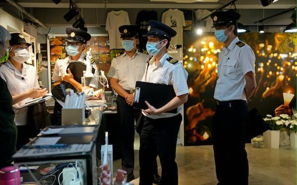 政府職員が六四記念館を立ち入り調査した(1日、香港)=AP