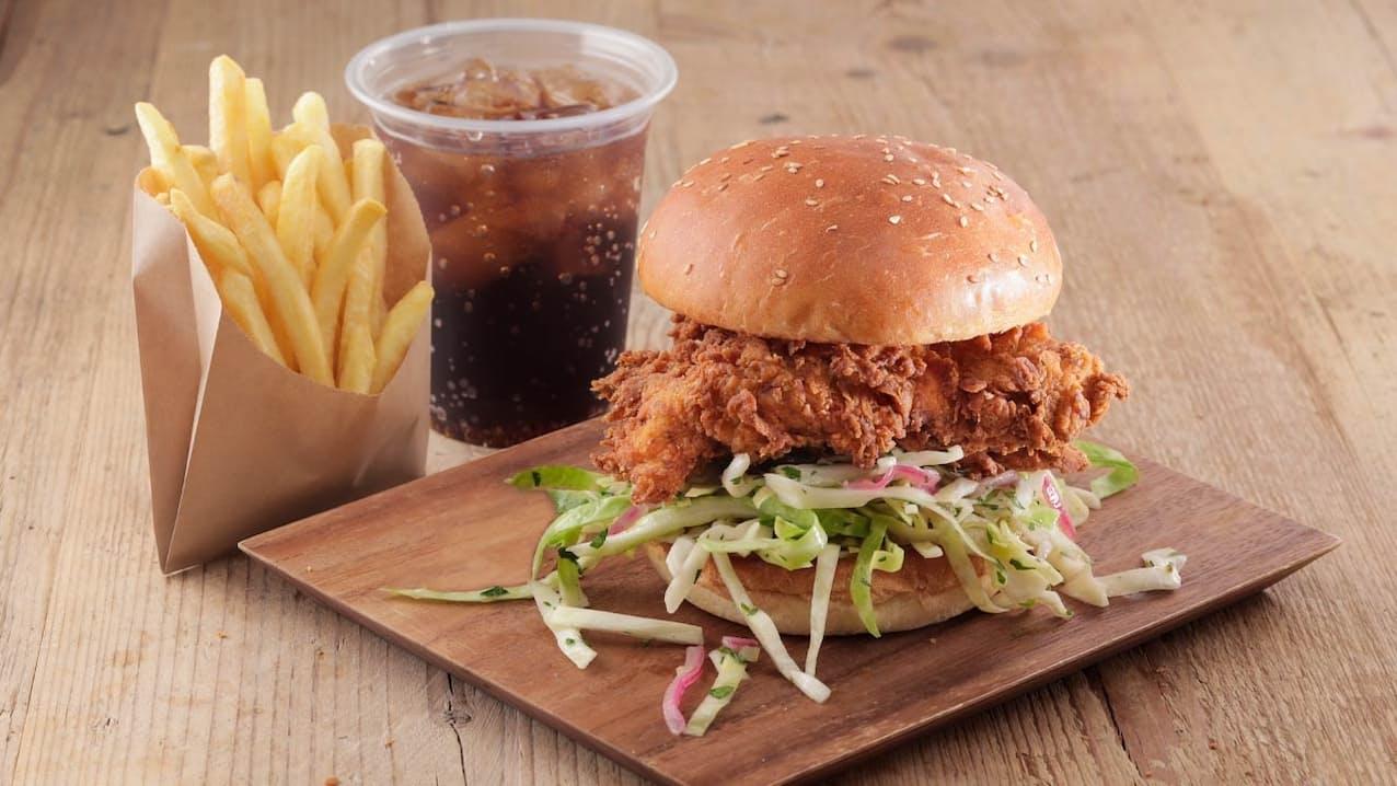新型コロナウイルス禍で苦しい外食業界はハンバーガー業態に期待している(写真はロイヤルHDのLRCの主力商品、バターミルクフライドチキンバーガーのセット)