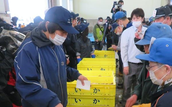 飲食店の休業・時短でスルメイカの需要は低迷している(2日朝、北海道函館市の水産物地方卸売市場)
