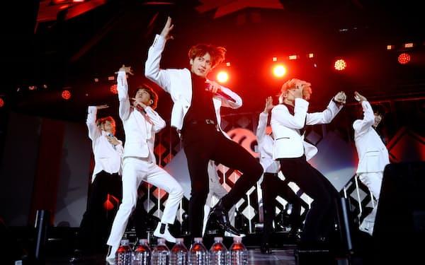 ステージで踊るBTSのメンバー(2019年12月、米ロサンゼルス)=ゲッティ共同