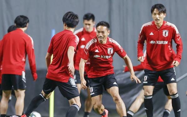長友(右から2人目)はU―24日本代表との試合について「序列の一発逆転を狙ってくる選手もいる。そこの勝負は絶対に勝つ」と話す(1日)=共同