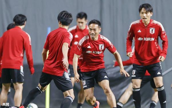 長友(右から2人目)はU-24日本代表との試合について「序列の一発逆転を狙ってくる選手もいる。そこの勝負は絶対に勝つ」と話す(1日)=共同