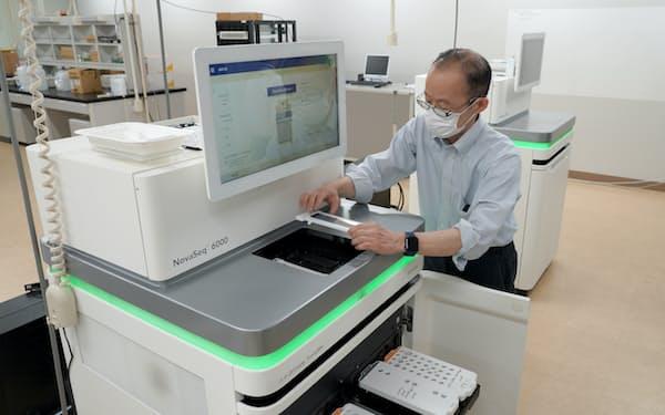 新型コロナウイルスのゲノムを解析する次世代シーケンサー(茨城県つくば市)