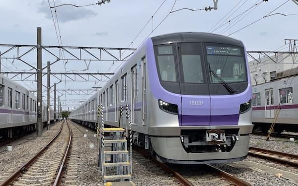 新型車両の18000系は路線カラーの紫を基調としている