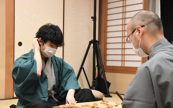 前期の棋聖戦では挑戦者の藤井七段が渡辺棋聖(右)を破って最年少でタイトルを獲得した(2020年7月、肩書は当時)=日本将棋連盟提供