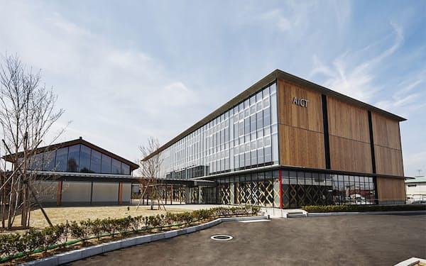 2019年4月にオープンした会津若松市の情報通信技術(ICT)オフィス「スマートシティAiCT(アイクト)」の外観。市外から来た23社と市内の8社、計31社のIT(情報技術)企業が入居する