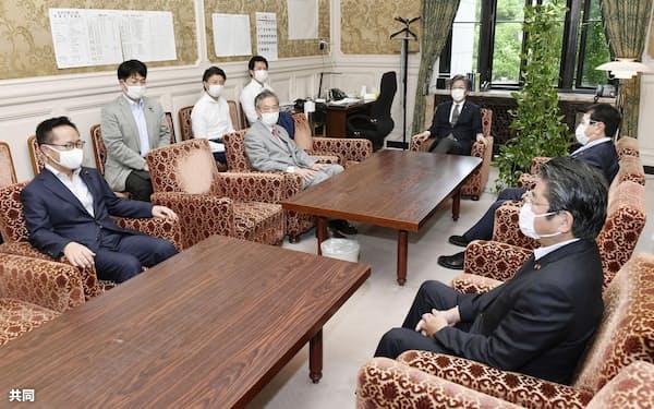 会談に臨む野党各党の国対委員長ら(2日、国会内)=共同