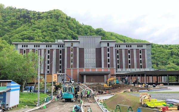 「グランドブリッセンホテル定山渓」は7月の開業に向けて工事が進む(5月29日、札幌市)