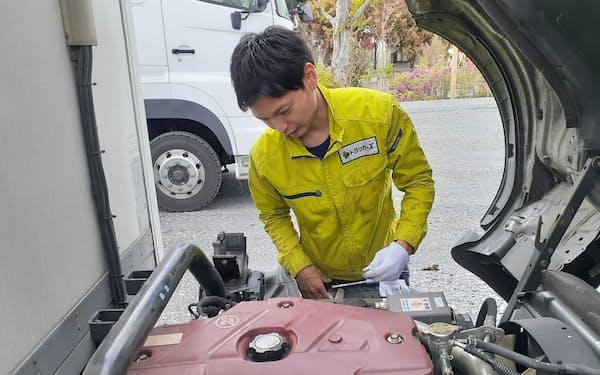 アズープの中古商用車の売買マッチング事業では、同社の社員が現地に赴いて車両を検査する