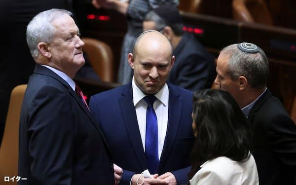 国会に出席する右派政党「ヤミナ」のベネット党首㊥(2日、エルサレム)=ロイター