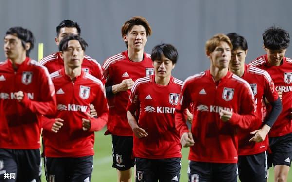 U-24日本代表との試合に向け、調整する大迫(奥中央)ら=共同