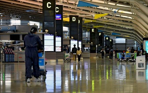 今年の大型連休も利用客は少ないままだった(5月2日、関西国際空港の出発ロビー)