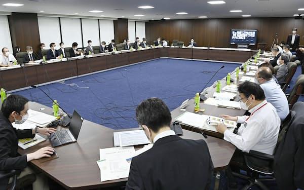 厚労省で開いた新型コロナウイルス感染症対策を助言する専門家組織の会合(2日午後)=共同