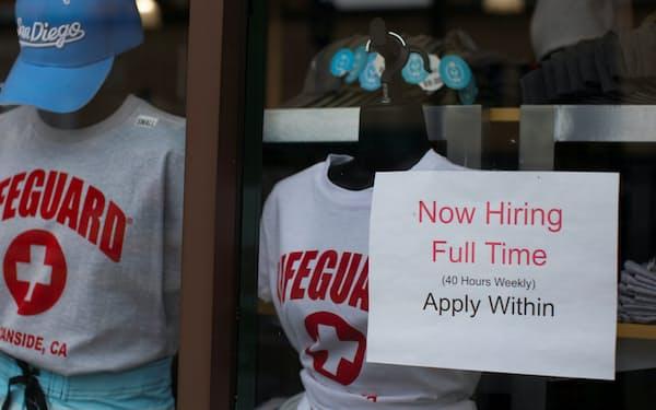 求人広告を掲げる衣料品店(米カリフォルニア州、2021年5月)=ロイター