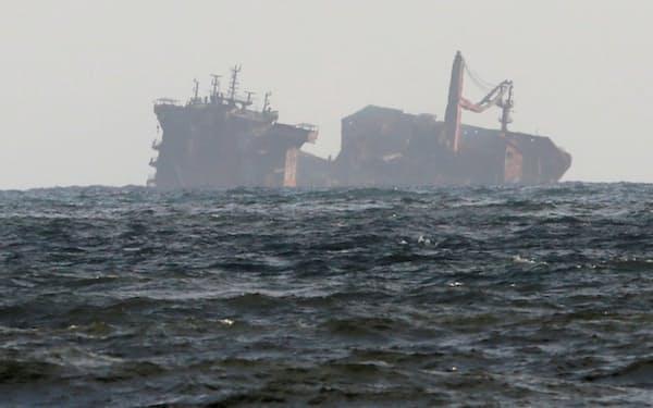 スリランカ沖で沈み始めた貨物船は、化学物質を積んでいるほか、燃料油の流出も懸念されている=ロイター