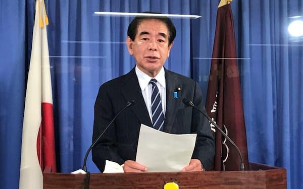 記者会見する自民党の下村政調会長(2日、党本部)
