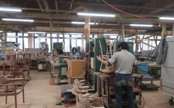 売れ筋商品の生産を少人数で多工程をこなすセル生産に切り替えたカンディハウス