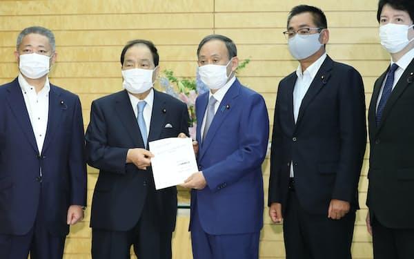 維新の片山共同代表(左から2人目)らから新型コロナ対策の提言を受け取る菅首相(3日、首相官邸)