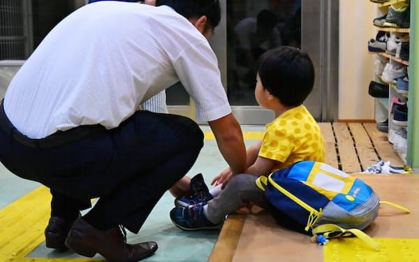 父親と帰宅する園児