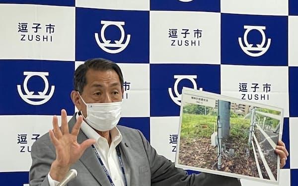 桐ケ谷覚市長が崖地対策の実証実験などについて説明した(3日、神奈川県逗子市)
