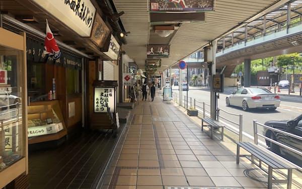 箱根湯本駅前の商店街(3日、箱根町)