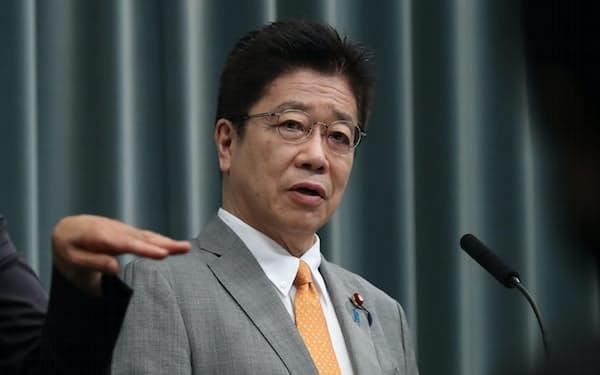 記者会見する加藤官房長官(3日午前、首相官邸)