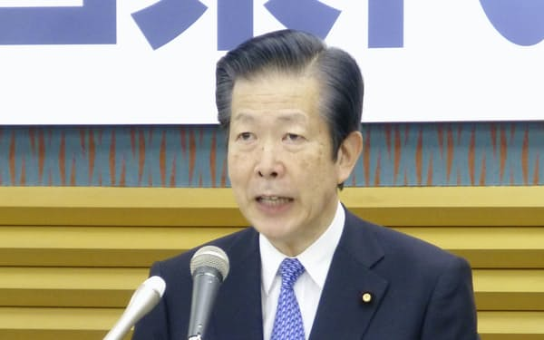 あいさつする山口氏(3月、東京都新宿区の公明党本部)=共同
