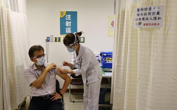 アストラゼネカ製ワクチンの接種を受ける医療従事者(5月、台湾・新北市)=ロイター