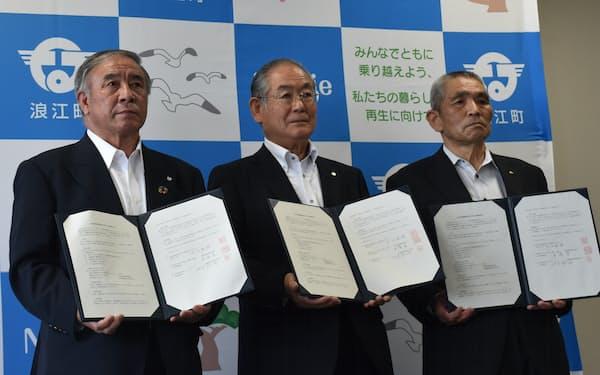 浪江町、県酪農協、全酪連は酪農復興に向け連携協定を結んだ(3日、同町)