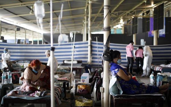 インド・デリーに設置された新型コロナ治療センターの患者ら(5月24日)=ゲッティ・共同