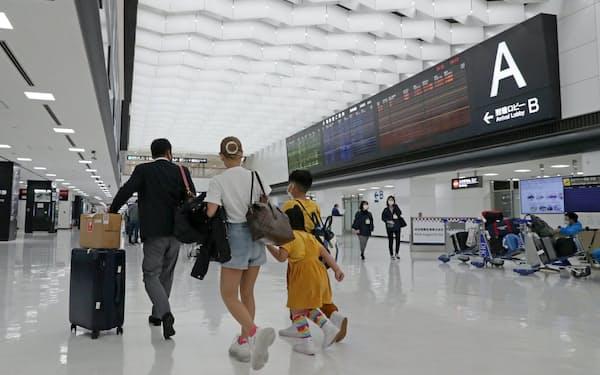 成田空港の国際線到着ロビー。日本政府は入国者に2週間の待機を求めている