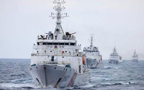 中国海警局が公開した艦船「2501」(手前)。甲板に「76ミリの速射艦砲」とみられる武器を搭載している(「微信」の公式アカウントから、共同)