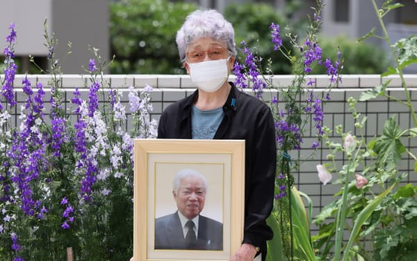 横田滋さんの死去から1年を前に取材に応じる妻の早紀江さん(5月下旬、川崎市)=代表撮影