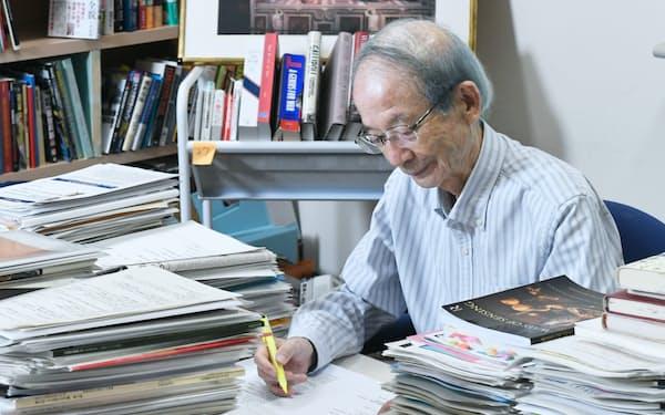 一橋ビジネススクールの一室で作業する一橋大学名誉教授の野中郁次郎氏
