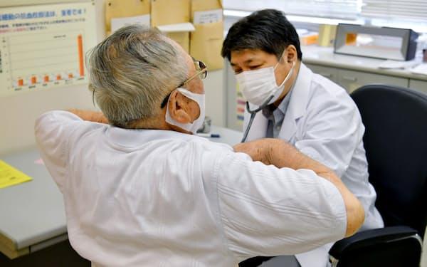 「フレイル(虚弱)」の早期発見に重点を置いた健康診査を受ける高齢者(7月30日、大阪府守口市)