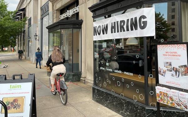 米国では労働市場での需給のミスマッチが目立つ(5月、首都ワシントン)