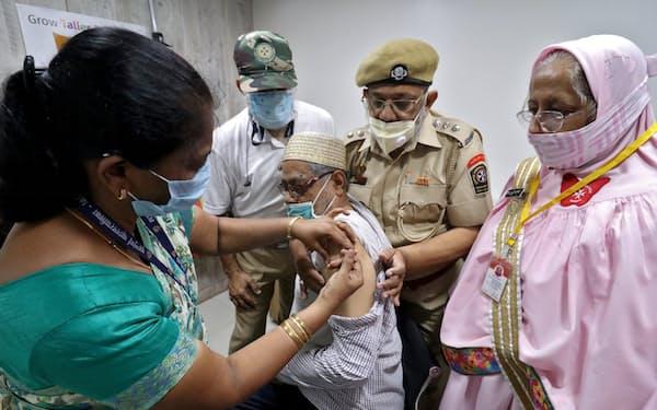 変異ウイルスが猛威をふるうインドでは新型コロナワクチンの接種が追いついていない=ロイター