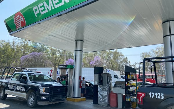 メキシコは石油需要の6割程度を輸入に頼っている(ペメックスの給油所)