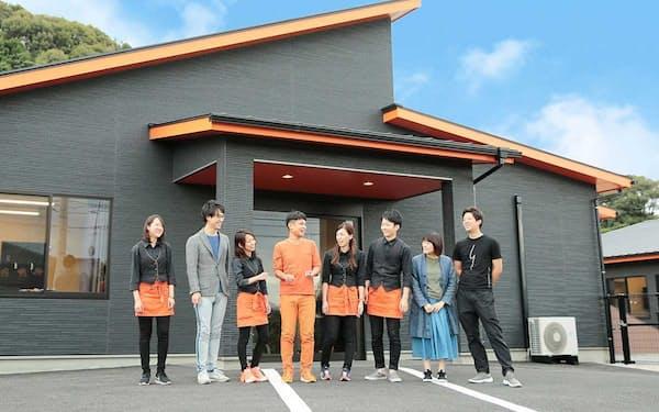 ザ・ハーモニーの高橋和也最高経営責任者㊥は福岡県内で介護施設(写真)を運営しながら、ロボット開発を進める