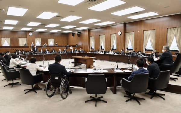 医療制度改革関連法案を可決した参院厚労委=3日
