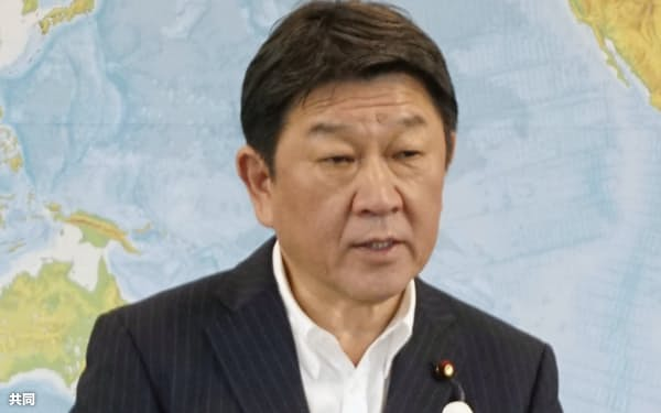 記者会見する茂木外相(4日、外務省)=共同