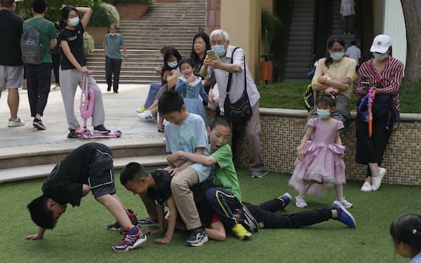 少子化の進む中国(北京)=AP