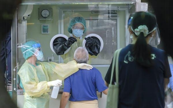 台湾では新型コロナの感染者が急増しており、経済活動への影響が懸念される=AP