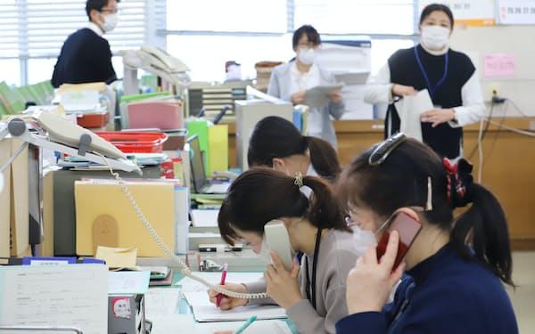 自宅療養者の体調確認などに追われる保健センターの職員ら(名古屋市中川区)