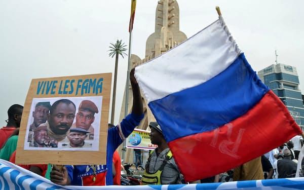 5月のクーデターで権力を掌握したゴイタ暫定大統領を祝福する首都バマコの市民=ロイター