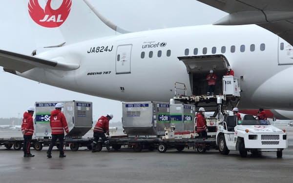 成田空港で台湾向けのワクチンを航空機に積み込む作業員ら(4日、千葉県成田市)=ロイター