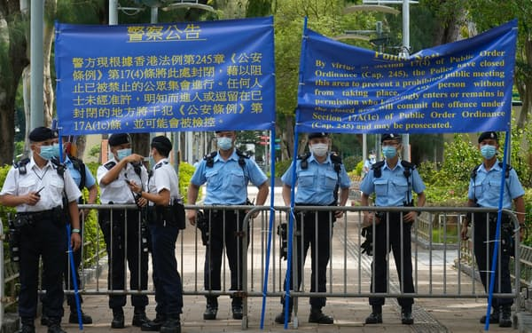 4日、ビクトリア公園を封鎖する香港警察=AP