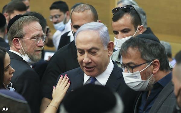 イスラエルのネタニヤフ首相は続投へ野党の切り崩しを狙う(2日、エルサレム)=AP