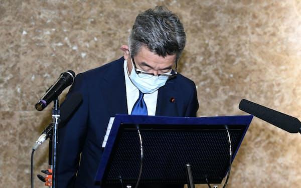 接待問題について謝罪する武田総務相(4日、東京・霞が関)