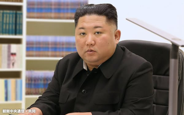 新年にあたり、市民に宛てた直筆書簡を記す金正恩氏=朝鮮中央通信・共同